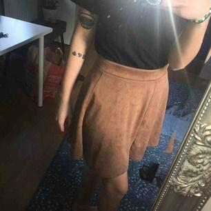 """Mocha"" brun/beige kjol från hm. Guldig dragkedja bak. Frakt tillkommer"