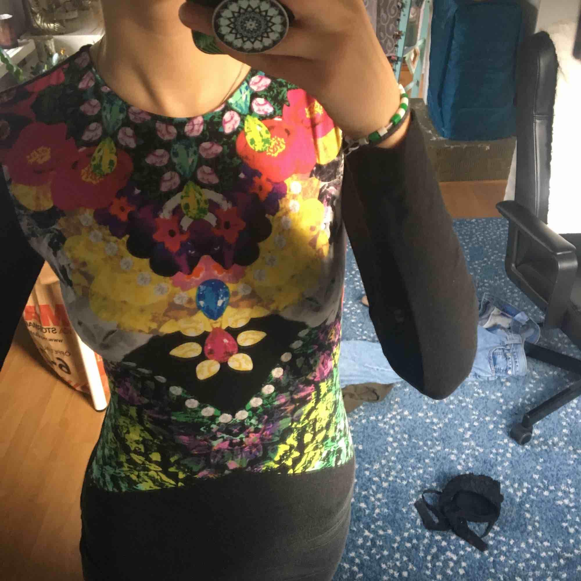 Skit fin och cool klänning med ball rygg från hm. Lite urtvättad så den är inte lika svart längre men det är inget man lägger märke till. Frakt tillkommer. Klänningar.