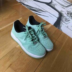 Äkta mintgröna Nike Air Force, bara använda utomhus en gång.