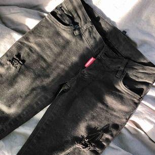 Dsquared jeans köpta i USA i Dsquared butik. Inget kvitto men checknummer står på sista bilden, Strl 27 motsvarar ungefär storlek XS/32 i vanlig jeans storlek. Skinny och är bra i längden för mig som är runt 165