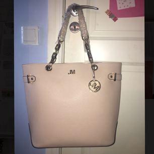 Helt ny väska från Star by Julien Macdonald med stort utrymme och flera fickor.