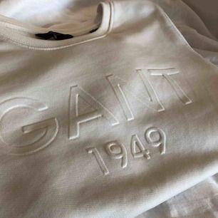 Vit sweatshirt från Gant, i fint skick! Frakten ingår i priset :)