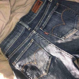 Ljusa jeans med hål från Levis strl 23