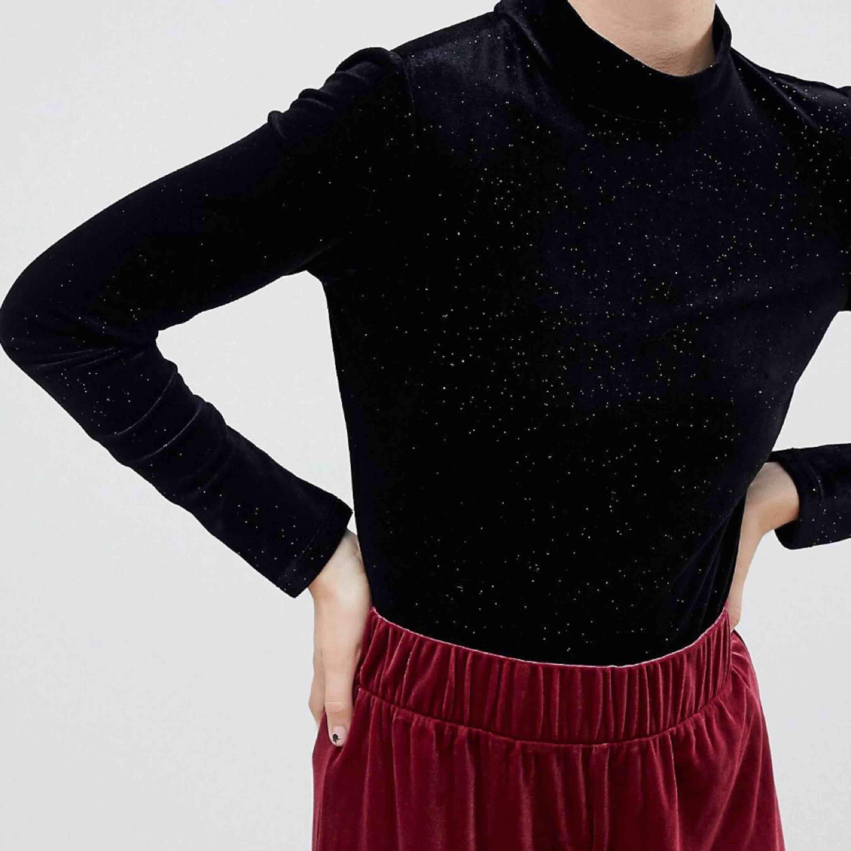 Glittrig sammets tröja från Monki. Knappt använd, passar en storlek XS också!. Toppar.