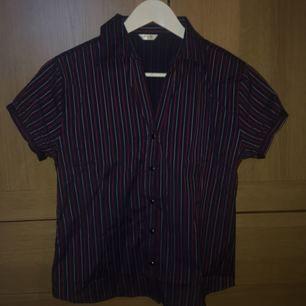Snygg kortärmad tröja som kan knäppas upp! Det står storlek M men den passar bättre på en S
