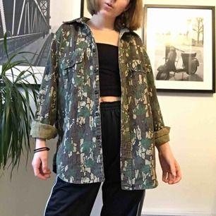 Säljer denna balla skjorta köpt på Beyond Retro! Begagnad alltså men fint skick, liknar kamouflage  men är egentligen löv typ med en Manchester-krage:-))  Superfin, köp! Frakt: 55 kr