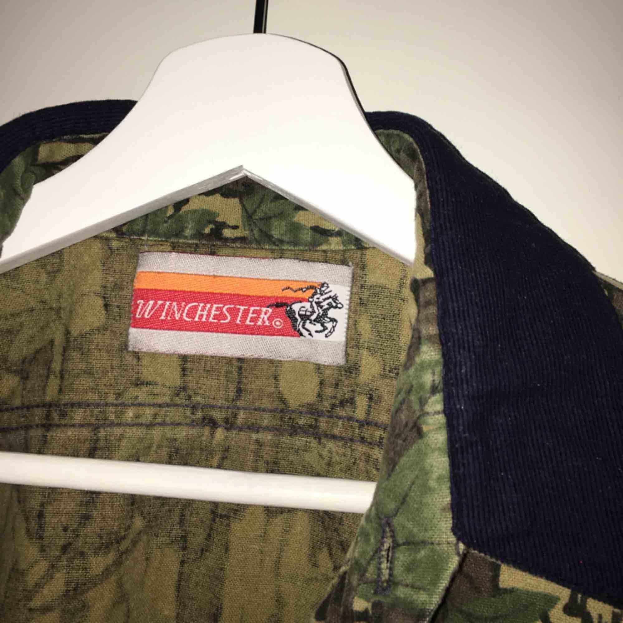 Säljer denna balla skjorta köpt på Beyond Retro! Begagnad alltså men fint skick, liknar kamouflage  men är egentligen löv typ med en Manchester-krage:-))  Superfin, köp! Frakt: 55 kr . Skjortor.