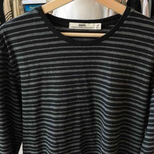 En randig tröja från Hope i jättebra skick Köparen står för eventuell frakt (50kr)