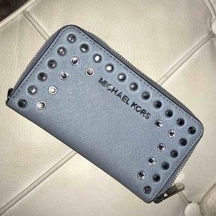 Ljusblå Michael Kors-plånbok i nyskick:)