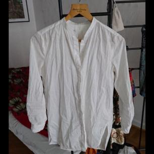 Vit skjorta med rund krage, storlek 38 men är lite oversize i modellen. Behövs strykas men annars i fint skick. Köparen betalar frakten✨