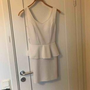 Vit klänning som får fram formerna!