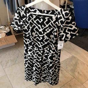 En helt ny klänning, originalpriset: 1500. Den har till och med sin lapp kvar. Köparen står för eventuell frakt (50kr), kan mötas upp i Helsingbrogsområdet.