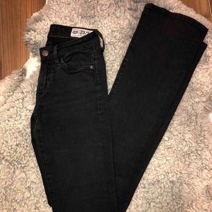Säljer mina svarta Crocker bootcut jeans pga de inte kommer till användning. Jag köpte de på JC hösten 2018!  Det är storlek 23/34 Jag möts upp i Stockholm eller fraktar men då står köparen för frakten!!  500 kr men pris kan diskuteras vid snabb affär