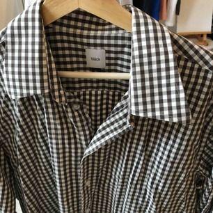 En rutig skjorta från bläck i jättebra skick! Köparen står för eventuell frakt (50kr), kan mötas upp i Helsingbrogsområdet.