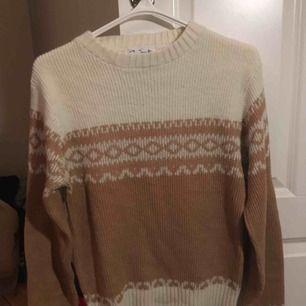 Söt vit och beige/rosa stickad tröja från Beyond Retro. Storlek M men känns mer som S/XS. Kan mötas upp i Stockholm annars står du för frakten 💗