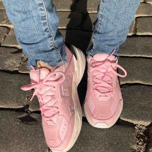 Säljer dessa knappt använda Nike M2K Tekno strl 39 (funkar även på liten 40) Superfina o perfekta👌Köptes för 999kr och Nike original kartong medföljer. (Solen på bilden gör dom mörkare rosa, dom är som webb bilden i nyans) Slutsålda o Priskandiskuteras🌸