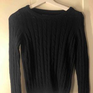 Helt ny tröja från Only som aldrig är använd! Mörkblå och ribbad!
