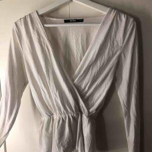Super snygg V-ringad tröja ifrån Bikbok som tyvärr inte kommer till användning!