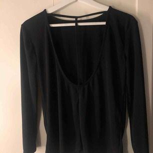 Super snygg tröja med detalj i ryggen! Aldrig använd.