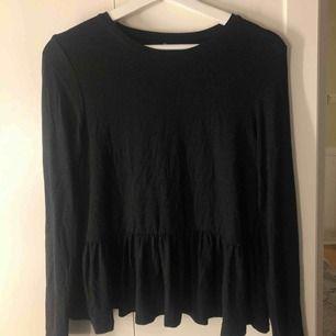 Supefin tröja med volang nertill från Only!