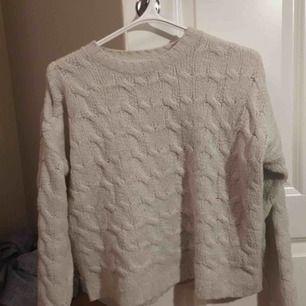 Riktigt mysig vit stickad tröja från HM. Jättemjuk! Kan mötas upp i Stockholm, annars står du för frakten ✨