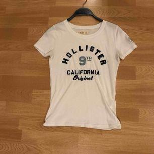 Ganska tunn och skön hollister t-shirt. Köparen står för frakten