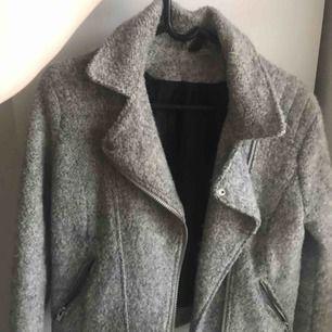 En jack från hm i bra skick men lite slitningar runt ärmarna, Använd någon höst möjligtvis, Vid frakt står köparen för priset!