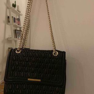 Sparsamt använd väska! Nypriset 2399 kr. Säljes då den bara ligger och inte används tillräckligt för priset.