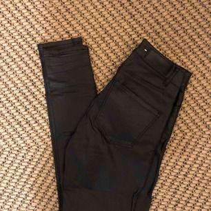 Vaxade tighta byxor från vero Moda. Väldigt fräscha då de knappt är använda. Mycket stretch. Köpare står för eventuell frakt.