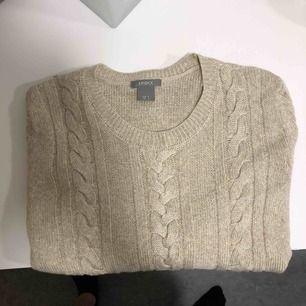 Beige kabelstickad tröja från Lindex med små slitsar vid sidan. Fräsch då den knappt är använd.  Köparen står för eventuell frakt.