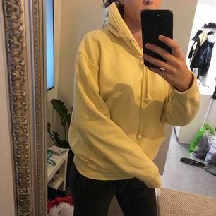 Fin gul Oversize luvtröja från weekday. Storlek XS men mer som en M.  Köparen står för eventuell frakt.