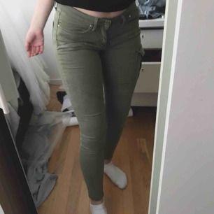 Militär gröna byxor Storlek 34 Har två rispor vid fickorna där med de låga priset Men man kan laga de lätt💕