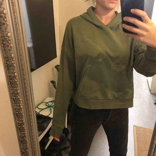 Lite kortare hoodie  från STAY, köpt på carlings.  Köparen står för eventuell frakt.