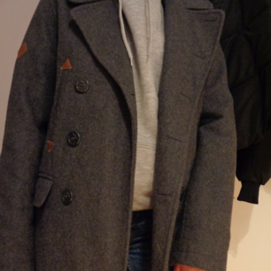 So the Bellfield rock / coat lined thick, keeps the heat to the winter, bought on the second hand with the price tag left, use three times by me, four pockets in front and two inner pockets, price for a new one: approx. SHIPPING, can meet up in Karlskrona, write for questions.
