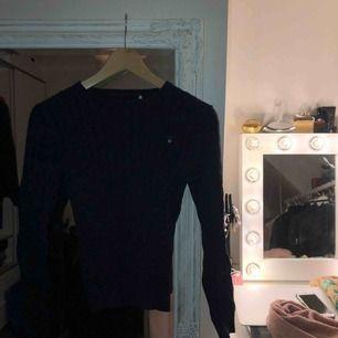 Mörkblå kabelstickad tröja från Gant. Dammodell storlek XS.
