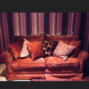 Turkos/rosa två sits soffa. 60-70 cm lång. Bra kvalité & riktigt fluffig. Behövs att puffas till lite då och då.