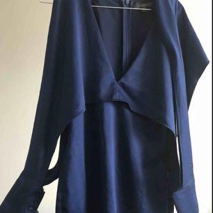 Mörkblå klänning med satin känsla från New Look, långärmad/unik modell ✨