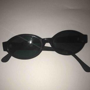 Snygga solglasögon i 90-talsstil