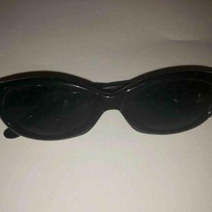 Snygga 90-talsbrillor med glitter på skalmarna