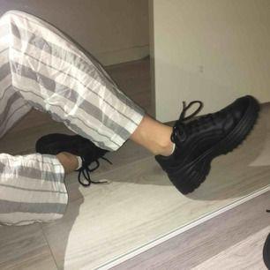 säljer dessa sjukt snygga chunky sneakers från Deichmann. Använda fåtal gånger så väldigt bra skick. Säljer pga att dem inte används och har för många skor helt enkelt 🌈 Frakt tillkommer!