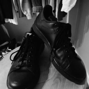 Ascoola helsvarta stansmith skor,superfint skick förutom en lite repa längst ut på ena skon, priset är inkl frakt kan även mötas i Karlskrona skriv för frågor 🖤