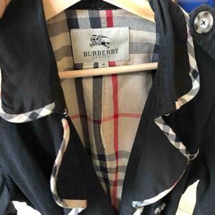 En trench coat från burberry i ok skick.  Köparen står för eventuell frakt (50kr), annars kan jag mötas upp i helsingborgsområdet.