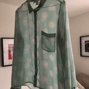 Genomskinlig ljusturkos skjorta/blus med vita stora prickar från Monki! Supersnygg under skinnjacka ✨