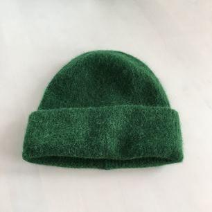 Säljer denna jättefina gröna mössa från Samsoe Samsoe i modellen Nor Hat. Orginalpris- 399kr Hör av er om ni har någon fråga! Kan fraktas om köparen står för frakten :)