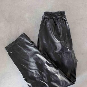 Svarta byxor i skinnimitation från Monki.