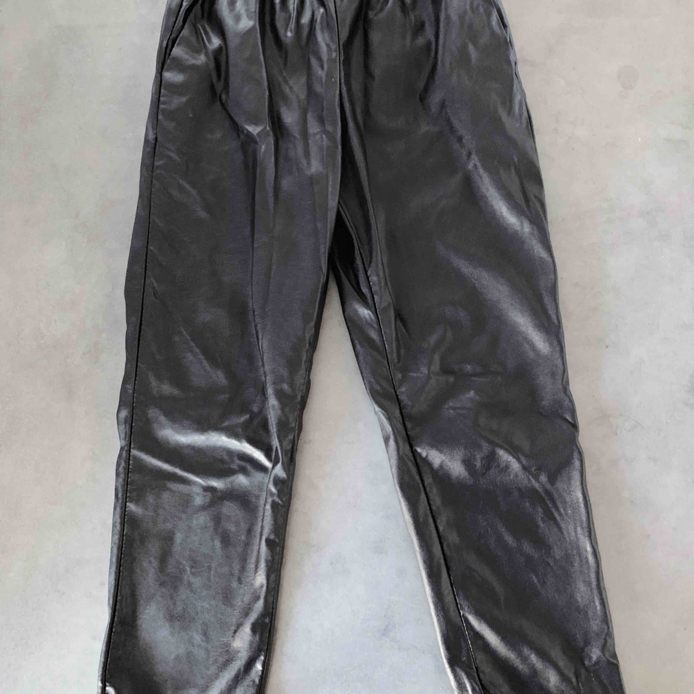 Svarta byxor i skinnimitation från Monki.. Jeans & Byxor.
