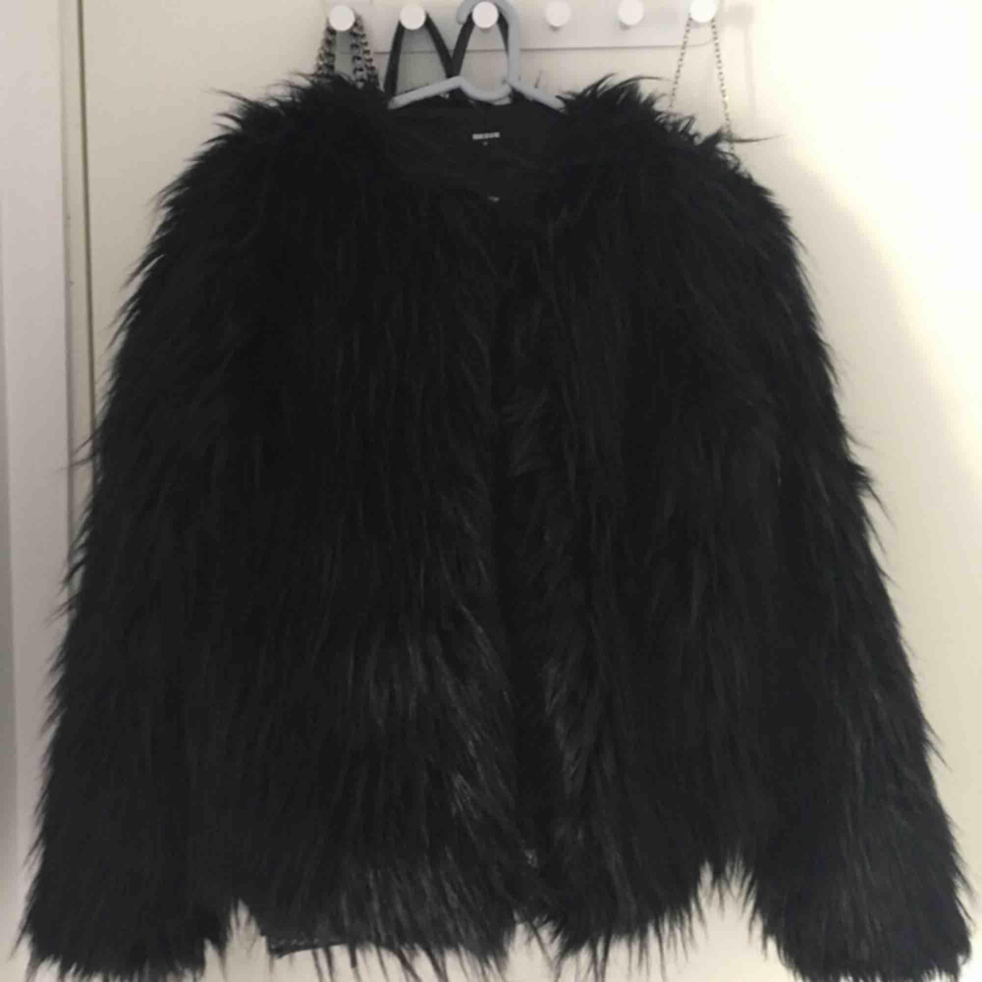 Faux fur jacka från Bikbok. Svart med lång hårstrån, finns möjlighet att stänga jackan. Använd några gånger men jackan är i mycket bra skick! . Jackor.