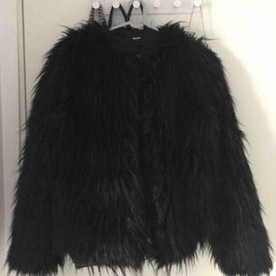 Faux fur jacka från Bikbok. Svart med lång hårstrån, finns möjlighet att stänga jackan. Använd några gånger men jackan är i mycket bra skick!