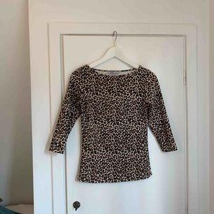 Snyggt stretch/tajt topp med trekvartsärm i leopardmönster från Zara! Använd två ggr.