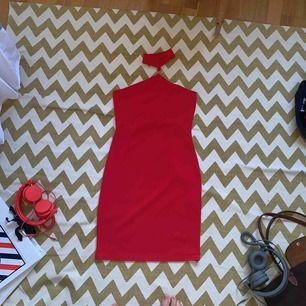Oanvänd röd bodycon klänning från Missguided. Taggen är kvar, tajt och stretchig